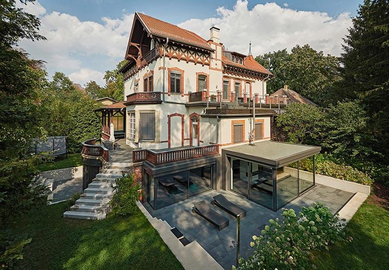 Eine Symbiose aus Alt und Neu – die historische Villa verschmilzt mit der modernen Wellness-Oase im Souterrain. Bildnachweis: Solarlux GmbH