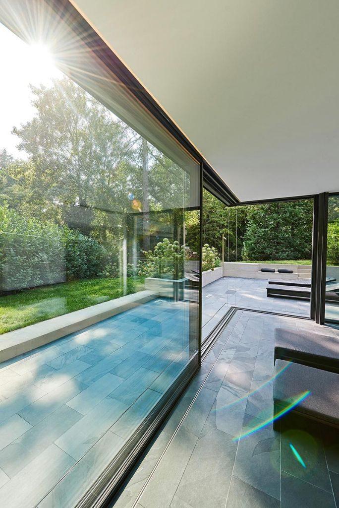 Die großen Glasflächen des Schiebefensters cero verbinden den Wellnessbereich mit der Natur. Die stützenfreie Öffnung über Eck lässt jegliche Raumbarrieren verschwinden. Bildnachweis: Solarlux GmbH