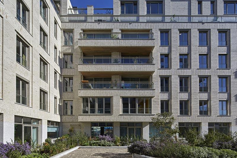 Die beiden L-förmigen Wohn- und Geschäftskomplexe umschließen einen Innenhof mit Privatterrassen sowie einem Gemeinschaftsareal. Foto: Andreas Secci