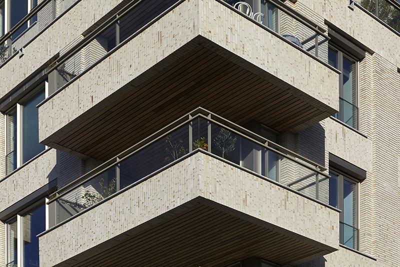 Die Fassaden von Cruquius 1.1. sind plastisch mit Säulen, horizontalen Leisten und weit herausragenden Balkonen gegliedert. Speziell für die horizontalen Fassadenteile, wie an den Balkonen, wurden vorgefertigte Klinkerelemente eingesetzt. Foto: Andreas Secci