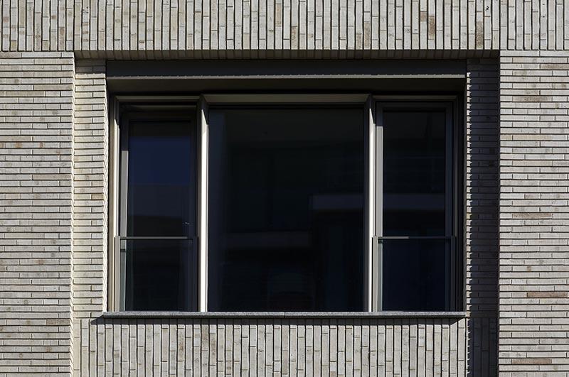 Bei der Fassade wurde ohne Stoßfugen gemauert. Zusammen mit einer zurückliegenden Fuge und dem lang gestreckten Format des Klinkers entstand hier ein besonderes Schattenspiel. Foto: Andreas Secci
