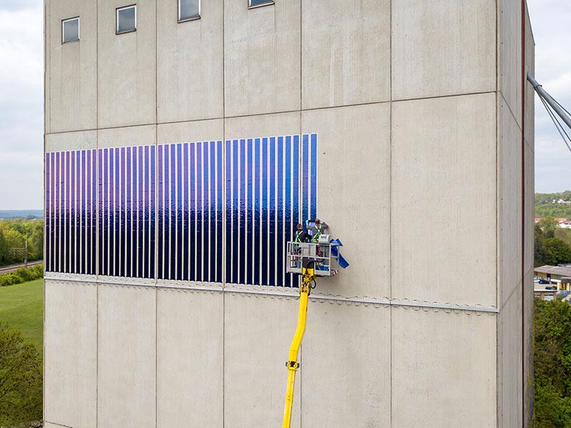 Die neue Solarfolie erschließt Potentiale zur Stromerzeugung aus Photovoltaik auf Fassadenflächen. Fotos: LEW / Timian Hopf