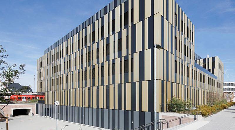 In Bad Homburg vor der Höhe entstand auf dem Gelände des alten Güterbahnhofs ein modernes Bürogebäude in außergewöhnlichem Erscheinungsbild samt einer Fassade mit Wiedererkennungswert. Foto: Hopermann Fotografie/FREYLER