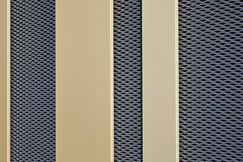 Die goldfarbenen Bleche, ca. 4 cm stark, sind räumlich nach vorne gesetzt und wurden vor die dunkle Aluminium-Unterkonstruktion gehängt. Foto: Hopermann Fotografie/FREYLER