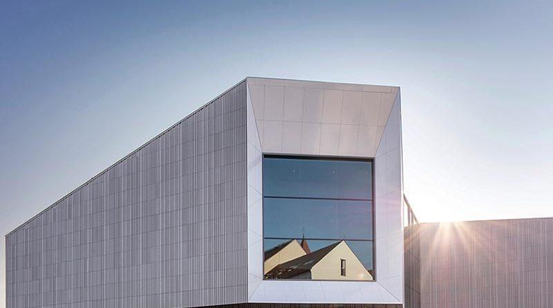 Um die Exponate vor schädlichem Licht zu schützen, haben die Architekten die Zahl der Fenster eingeschränkt. Umso identitätsstiftender ist daher das große Fenster zum Dom, das von außen einen gezielten Einblick ins Innere des Museums bietet und umgekehrt von Innen am Ende des Rundgangs einen Blick in die historische Altstadt von Regensburg. Foto: Alexander Bernhard