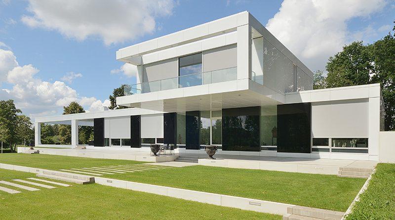 Elegante geradlinige Screens, farbig zum Objekt passend, schützen moderne Architektur vor Überhitzung im Sommer. Foto: Renson