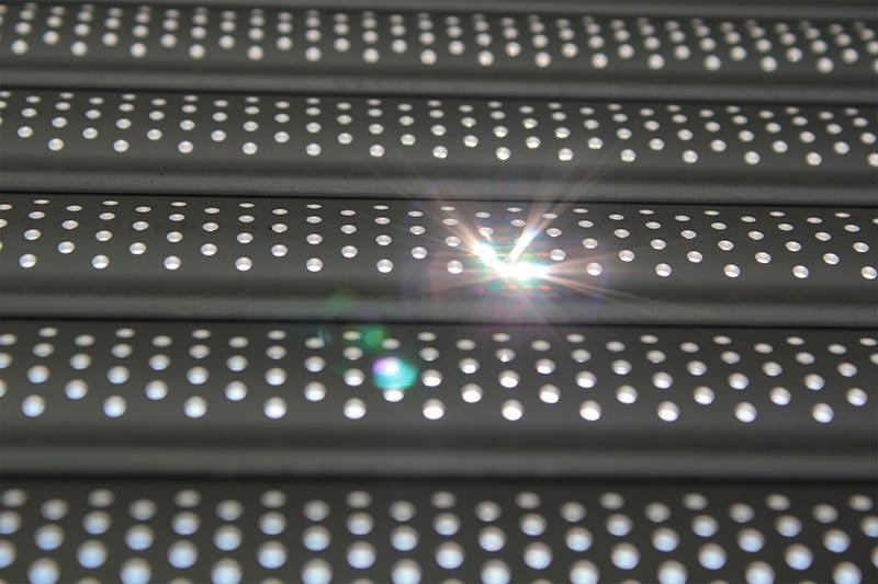 Die Select-Lichtschienen besitzen eine siebartige Struktur mit zahllosen kleinen Löchern, die Tageslicht in den Raum lassen.