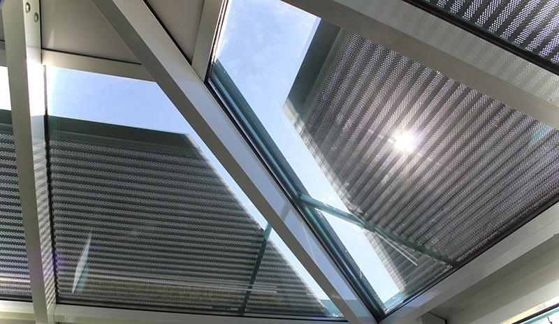 Tageslicht ist wichtig für das Wohlbefinden. Wird es zu heiß, erzeugen die Select-Lichtschienen auch bei geschlossenen Rollläden ein angenehmes Streulicht.