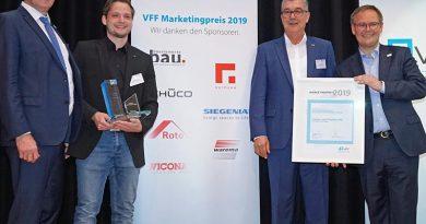 VFF-Präsident Detlef Timm, Nicolai Jörg von Fenster- und Türenbau Jörg, Helmut Meeth, Vorsitzender des VFF-Arbeitskreises Marketing, und Frank Lange, Geschäftsführer des VFF, bei der Verleihung des VFF-Marketingpreises 2019. Foto: VFF