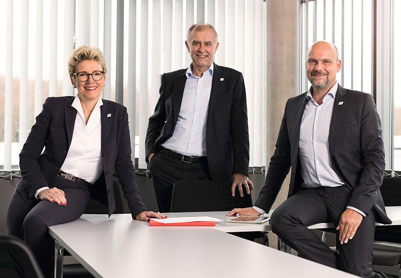 Vorstand der Warema Renkhoff SE (v.l.): Vorstandsvorsitzende Angelique Renkhoff-Mücke, Harald Freund (stellvert. Vorstand und Vorstand Vertrieb) und Michael Müller (Vorstand Produktion). Foto: Warema
