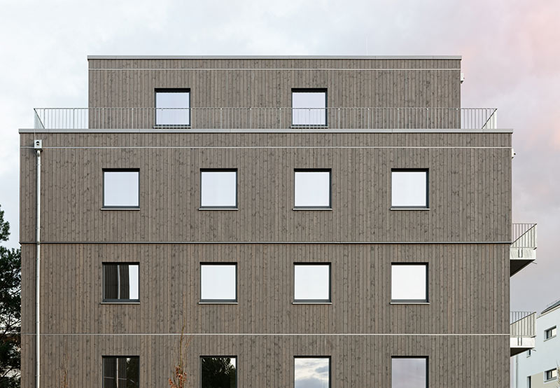 Die Fassade der Gebäude wurde mit einer vertikalen, vorgegrauten und hinterlüfteten Wechselfalz-Holzschalung versehen. Foto: Brüninghoff