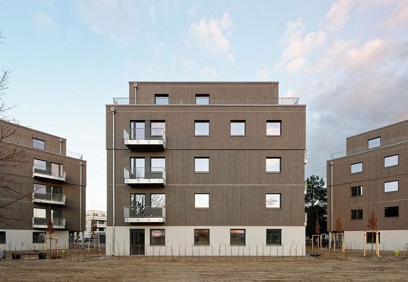 Nach Plänen des Architekturbüros Kaden+Lager errichtete Brüninghoff drei quadratische Punkthäuser mit zurückgesetztem Staffelgeschoss im Auftrag der HOWOGE. Foto: Brüninghoff