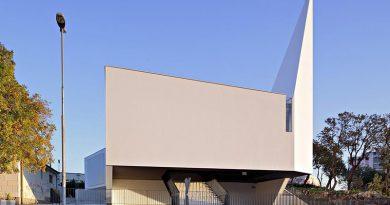 Durch die skulpturale Form und die gezielte Tageslicht-Steuerung erhält die Kirche St. Ana in Rijeka ihre beeindruckende Aura. Bild: Robert Leš / Sto SE & Co. KGaA