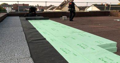 Mit den Styrodur 3000 Platten bietet ISOVER eine Dämmlösung für Umkehrdachkonstruktionen und erdberührte Wandbauteile. Die in einem speziellen Verfahren hergestellten Platten weisen einen durchgängigen Nennwert der Wärmleitfähigkeit von 0,033 W/(m*K) auf und ermöglichen eine wirtschaftliche Verlegung. Zwei vor Kurzem ausgestellte allgemeine bauaufsichtliche Zulassungen bestätigen die Sicherheit der bis zu 240 mm starken Dämmplatten. Foto: SAINT-GOBAIN ISOVER G+H / BASF SE