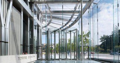 Die Glasfassade erlaubt einen freien Blick auf die zentrale Nord-Süd-Achse Madrids und schafft eine einladende Atmosphäre. Foto: Bellapart