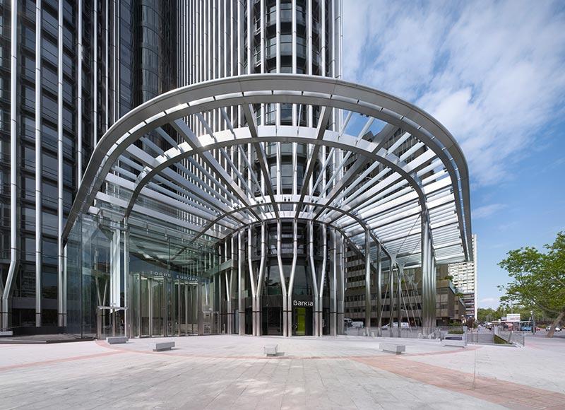Der modernisierte Eingangsbereich des Torre Europas greift die Architektur des Büroturms auf. Foto: Bellapart