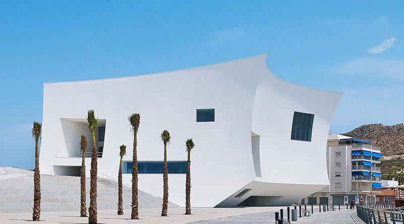 Beim fugenlos verputzten VHF-System StoVentec R können auch Radien umgesetzt werden. (Kongresszentrum Aguilas, Spanien, Barozzi/Veiga Architekten). Foto: J. Lanoo / Sto SE &Co. KGaA