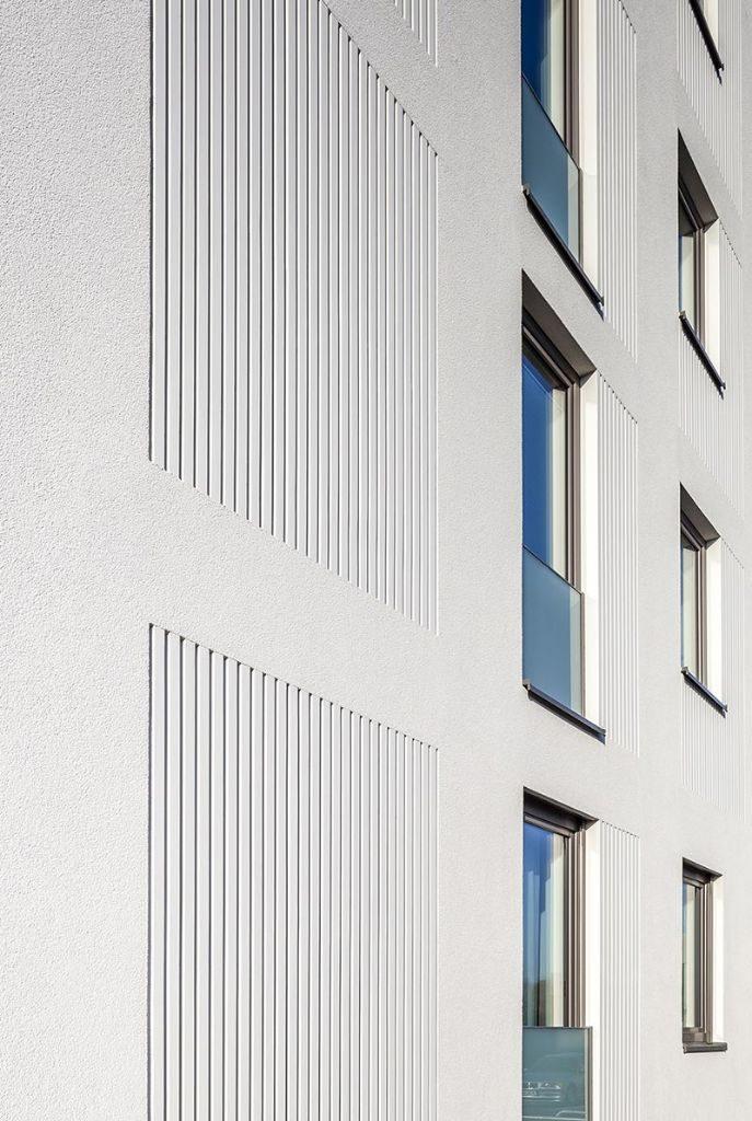 """In die Putzfassade integrierte StoDeco Fassadenelemente verleihen den Gebäuden des Projekts """"Wohnen am Burggarten"""" in Hannover einen individuellen Charakter. Foto: Christoph Gebler, Hamburg"""