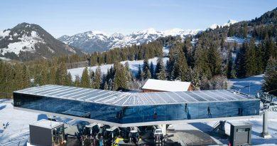 Berg- und Talstation sind mit Annexbauten ausgestattet, die dem Besucher einen Zusatz an Komfort bieten. Die Mittelstation hingegen ist sehr puristisch, was den Blick freigibt auf die schöne Glaskonstruktion. Foto: Glas Marte