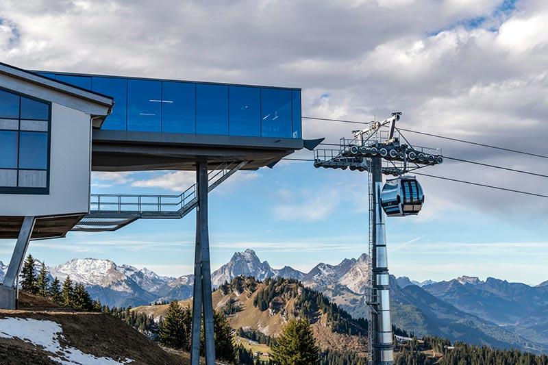 Durch den auskragenden Glasbau wird die Hanglage der Bergstation sehr deutlich. Foto: Glas Marte. Foto: Glas Marte