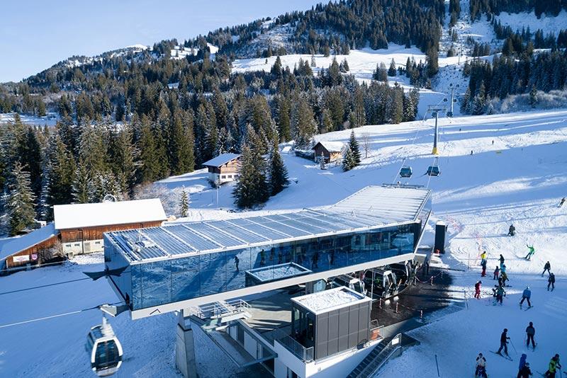 Da das Glasdach der Seilbahnstation nicht geneigt ist, bleibt der Schnee auf ihm liegen, was eine hohe Schneelast mit sich bringt. Foto: Glas Marte