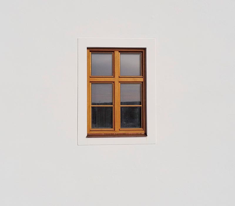 Die modernen Fenster mit innenliegender Beschattung wurden nach historischem Vorbild ausgewählt. Umrandet werden die Fenster von Faschen aus Putz. Foto: Ingo Jensen/Schwenk Putztechnik