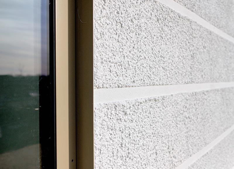 Etwa 2,5 cm breite Strukturlinien im Putz geben der Fassade des Westflügels eine Gliederung. Foto: Ingo Jensen/Schwenk Putztechnik