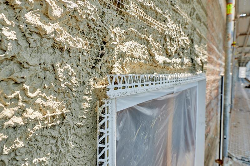 Fensteranschluss im Detail, hier nach dem Aufbringen der ersten Putzschicht. Foto: Ingo Jensen/Schwenk Putztechnik