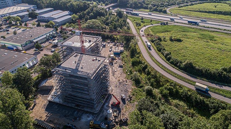 An der A5 Abfahrt Karlsruhe-Nord entsteht der Neubau FC Campus. Eyecatcher wird die strahlend weiße Fassade, die von bläulich schimmernden Verglasungen durchbrochen werden soll, der Entwurf stammt von 3deluxe. Bild: FREYLER