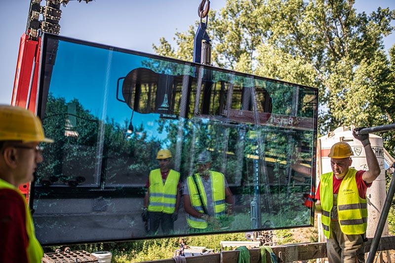 Im Juni startete die spektakuläre Montage der ersten Scheiben, die mit einer Größe von 1,3 x 3 Metern immerhin 370 kg auf die Waage bringen. Bild: FREYLER