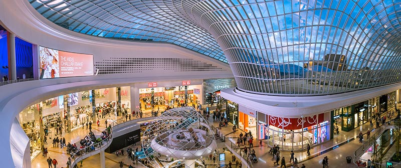 Anhand konkreter Projekte wie der Shoppingmall Chadstone in Melbourne werden in den Vorträgen die Vorteile des Warme-Kante-Systems von Kömmerling für montagegebogene Gläser gezeigt. Bild: Kömmerling Chemische Fabrik