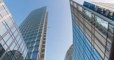 Der Bau des Mennica Legacy Towers im Hauptgeschäftsviertel von Warschau steht kurz vor der Fertigstellung. Die von Aluprof entwickelte Fassadeninstallation hat die Spitze des Gebäudes erreicht. Der nächste Schritt ist schon im Gange: Auf den Dächern beider Gebäude werden nun grüne Terrassen angelegt. Die Eröffnung ist für Ende 2019 geplant. Bild: Golub GetHouse