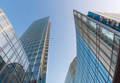 Der Bau des Mennica Legacy Towers im Hauptgeschäftsviertel von Warschau steht kurz vor der Fertigstellung. Die von Aluprof entwickelte Fassadeninstallation hat die Spitze des Gebäudes erreicht. Der nächste Schritt ist schon im Gange: Auf den Dächern beider Gebäude werden nun grüne Terrassen angelegt. Die Eröffnung ist für Ende 2019 geplant. Bild: Aluprof S.A.