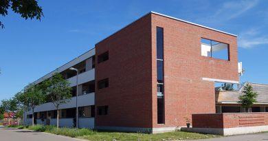 Die Gebäudeecke des Flachdachbaus aus Ziegelsichtmauerwerk stellt in ihrer Materialität eine moderne Verbindung zu den historischen Militärgebäuden auf dem Areal her. Foto: Markus Eichhorn