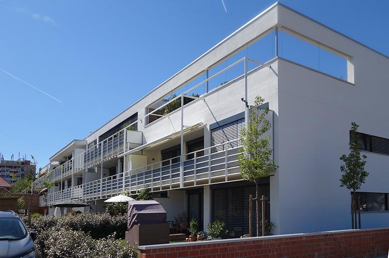 Allen Wohnungen ist zur Südseite ein privater Außenbereich in Form von Balkonen oder kleinen Gärten zugeordnet. Für die Fassade kam ein mineralisches, hydroaktives Putz- und Anstrichsystem zum Einsatz. Foto: Markus Eichhorn