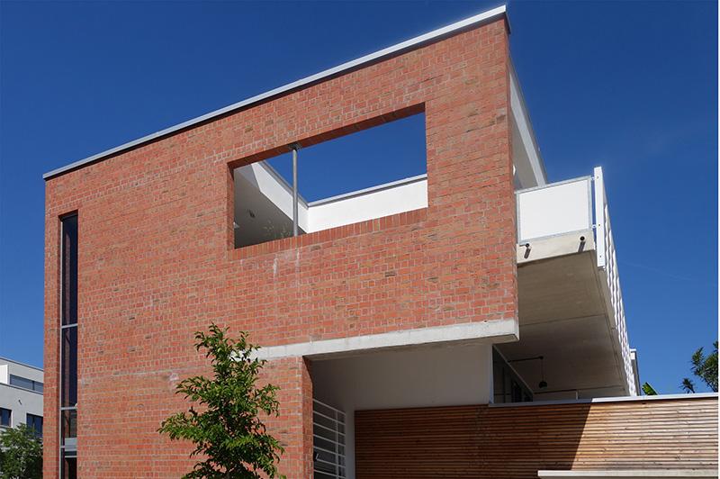 Der Architekt gestaltete bewusst nicht das ganze Gebäude, sondern nur die Ecke als Reminiszenz an die Kasernen mit Ziegelsichtmauerwerk. Foto: Markus Eichhorn