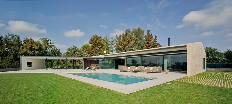 Offen zu Licht und Sonne: das private Einfamilienhaus in Elche, südwestlich von Alicante im Inland gelegen. Bildnachweis: Schüco International KG / David Frutos