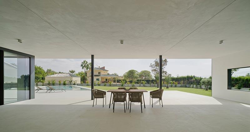 Die beschattete Terrasse ist zu drei Seiten für eine natürliche Belüftung geöffnet. Bildnachweis: Schüco International KG / David Frutos