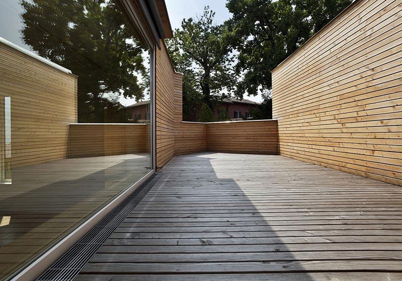 Verringert die Spritzwasserbildung bei barrierefreien Eingängen: Die SitaDrain Kastenrinne mit neuem, elegantem Längsstabrost.
