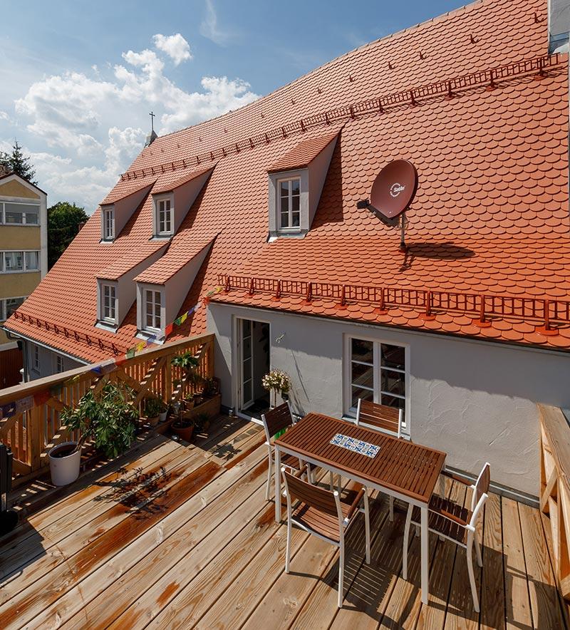Liebe zum Detail zeigt sich u.a. an der neu entstandenen Lärchenholz-Terrasse. Fotos: Christian Schneider und Lisa Steber