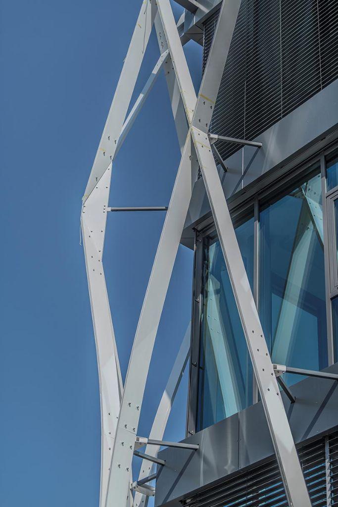 Die filigrane Struktur hängt mit ihrer gesamten Gewichtslast jeweils an der obersten Deckenkante – gehalten von massiven Stahlträgern.
