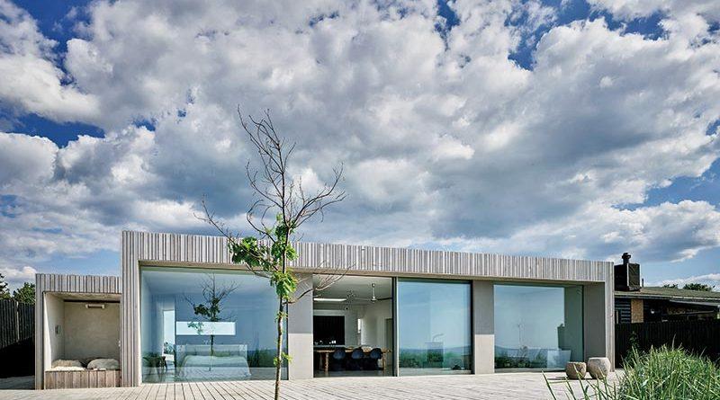 Das Schüco Schiebesystem ASS 77 PD.SI ermöglicht zusammen mit der gläsernen Pfosten-Riegel-Konstruktion FWS 50.SI aus nahezu jedem Zimmer einen Panorama-Blick auf die Küste. Foto: Kirstine Mengel