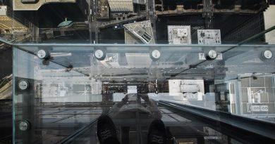 Bis zum Erdboden sind es genau 412 Meter. Foto: Rolf Mauer