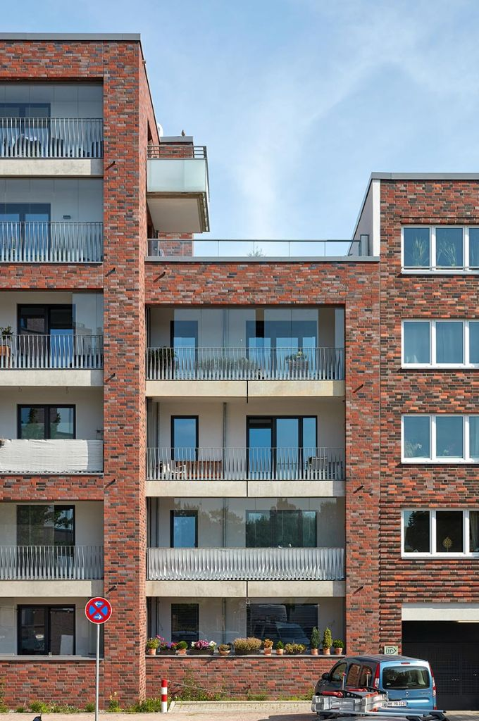 Die Fassaden zur Jürgen-Töpfer-Straße erhielten ein rotbraunes Ver-blendmauerwerk. Helle, verglaste Loggien bilden einen gelungenen Kontrast. Bild: Solarlux GmbH