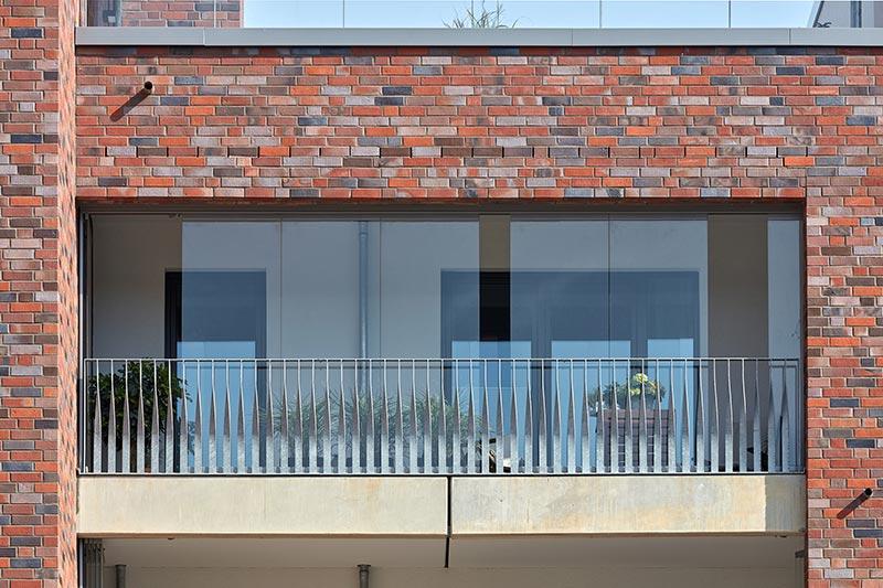 Dank des Schiebe-Dreh-Systems SL 25 von Solarlux lassen sich die Glaselemente einfach öffnen und schließen. Bild: Solarlux GmbH
