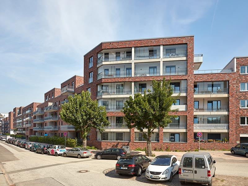 Der Gebäuderiegel an der Jürgen-Töpfer-Straße umschließt die parkähnliche Anlage mit über 120 Wohnungen. Bild: Solarlux GmbH
