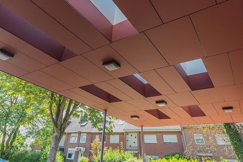Rhythmisch versetzt erhellen Flachdachfenster den Eingangsbereich und eröffnen den Blick in den Himmel. Foto: Indu Light
