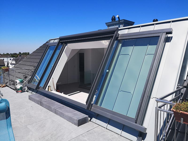 """Die Flügel des LiDEKO """"Premium""""-Fensters werden einfach seitlich auf den stabilen Aluminiumschienen verschoben und geben so den Blick auf den Rhein frei. Foto: LiDEKO, Daniel Lüdeke"""