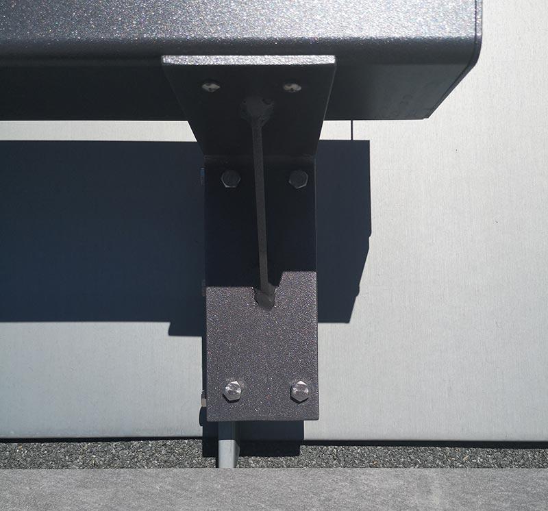 Ein unscheinbares, aber wichtiges Detail: Die sogenannte Klemmfaust stützt den Rahmen des LiDEKO Dachschiebefensters ab. Sie wurde zum Schutz der Stehfalz-Zinkbleche anstelle des sonst üblichen Dachhakens installiert. Foto: LiDEKO, Daniel Lüdeke