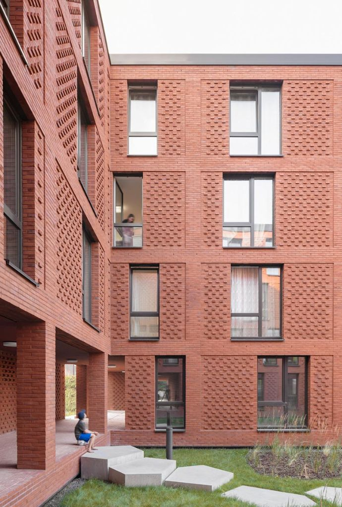 Durch die Aufteilung der Volumina auf vier Häuser und nicht auf eine Riegelbebauung entstehen Innenhöfe und damit eine hohe Freiraumqualität. Bild: Simon Schnepp, Fotografie